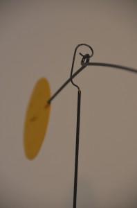 Der Stab mit Fahne hängt  an einem um 360 Grad drehbaren Haken